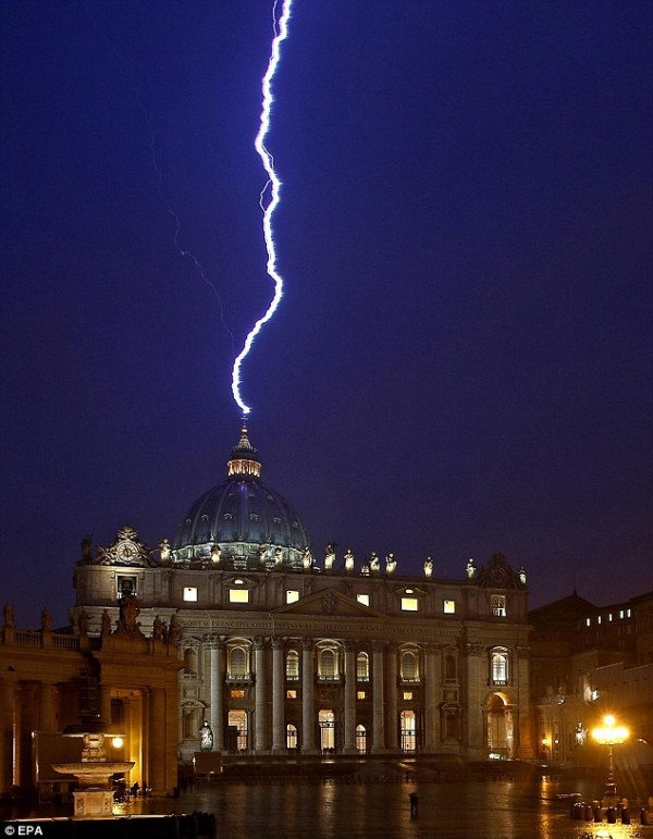 Lighting strike St Peter Dome 600x771 Pope Resigns and Lighting Strikes